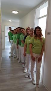 Das Team der Zahnarztpraxis in Bad Friedrichshall im Flur