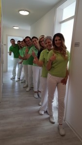 Das Team der Zahnarztpraxis in Bad Friedrichshall im Flur aus einem anderen Blickwinkel
