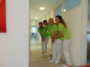 Vier Mitarbeiterinnen der Zahnarztpraxis in Bad Friedrichshall aus einem anderen Blickwinkel