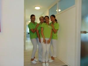 Vier Mitarbeiterinnen der Zahnarztpraxis in Bad Friedrichshall aus einer anderen Perspektive